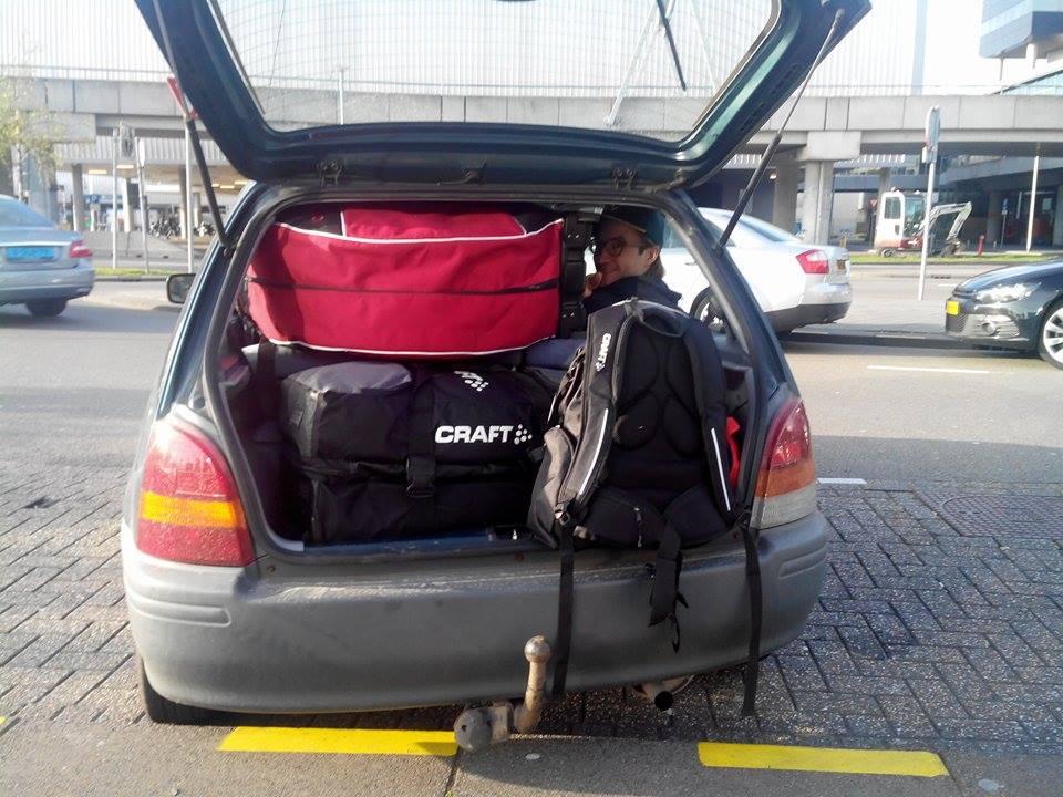 Thomas sitter godt plassert innunder nesten 110 kg bagasje.