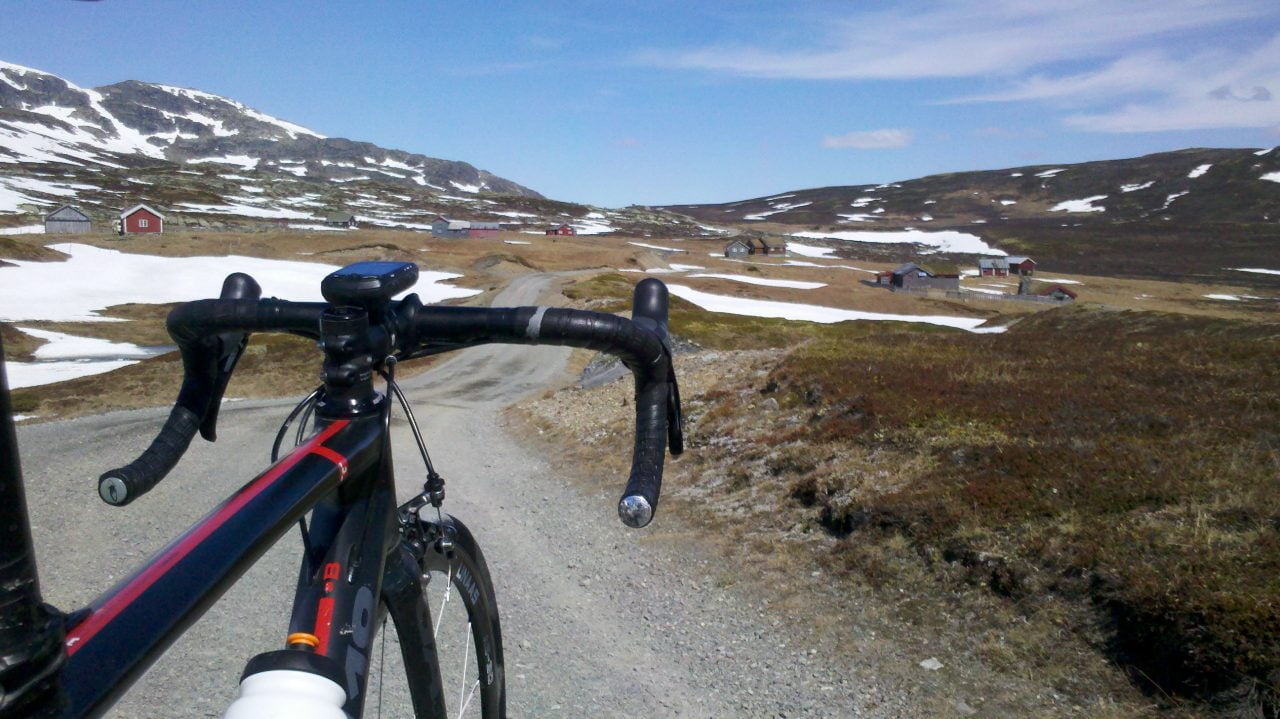 Før jeg kom på fjellets skyggeside var det tørre veier og nydelig å sykle, til tross for grov grus.